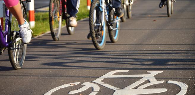 Rowerzysta ma obowiązek poruszania się po ścieżce rowerowej.