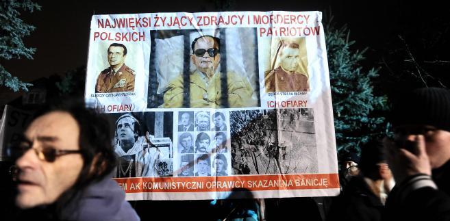 Pikieta przed domem gen. Wojciecha Jaruzelskiego w rocznicę ogłoszenia stanu wojennego.