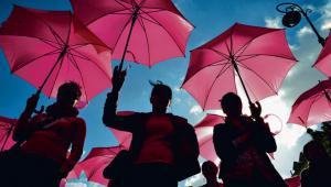 Marsze różowych wstążek promują wśród kobiet profilaktykę raka piersi