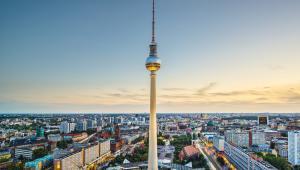 3. NiemcyJak wskazuje raport Glasdoor, w porównaniu do innych krajów w rankingu, w Niemczech średnie płace są relatywnie niskie (38 tys. euro). Pomimo tego, Niemcy uplasowały się na trzecim miejscu, co oznacza, że siła nabywcza przeciętnego wynagrodzenia, podobnie jak w Szwecji, jest niezwykle wysoka.
