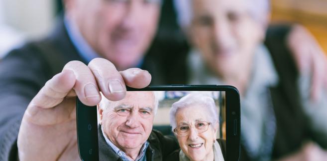 seniorzy-telefon-emeryt.jpg