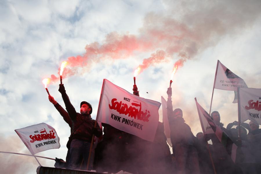 Kilka tysięcy osób zebrało się przed siedzibą Jastrzębskiej Spółki Węglowej w Jastrzębiu Zdroju