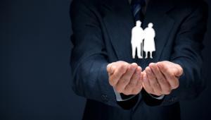 Jedak bez obniżki wieku emerytalnego?Przede wszystkim szykują się zmiany w emeryturach, ale rewolucji w tym zakresie nie będzie. Dobiega końca przegląd emerytalny prowadzony przez Zakład Ubezpieczeń Społecznych na zlecenie resortu rodziny>> Jakie rekomendacje zaproponuje Zakład?Przede wszystkim likwidację tzw. trzydziestokrotności już od 2018 roku. Miałyby również zostać wprowadzone nowe kryteria dla uzyskania świadczenia minimalnego - staż uprawniający do takiego świadczenia miałby wynieść 20 lat dla kobiet i 25 lat dla mężczyzn.Rafalska: Trwa przegląd systemu emerytalnego. W listopadzie przedstawimy wnioski >>Zniknąć miałyby również groszowe emerytury, bowiem staż, który uprawniałby do comiesięcznej wypłaty, wyniósłby 15 lat dla kobiet i 20 dla mężczyzn. Osoby, które nie miałyby odpowiedniego stażu, otrzymałyby dotychczas uzbieraną składkę w formie jednorazowej wypłaty.ZUS rekomenduje również wprowadzenie pomysłów wicepremiera Morawieckiego, czyli przede wszystkim wzmocnienia dodatkowego oszczędzania na starość. Z powodu pogarszającej się sytuacji demograficznej nie ma natomiast raczej szans na obniżkę powszechnego wieku emerytalnego.
