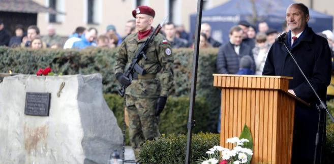 Antoni Macierewicz podczas uroczystości upamiętniających pierwszy zrzut Cichociemnych.