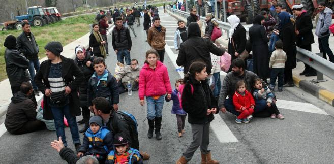 Imigranci w Grecji zmierzają w stronę zamkniętej granicy z Macedonią.