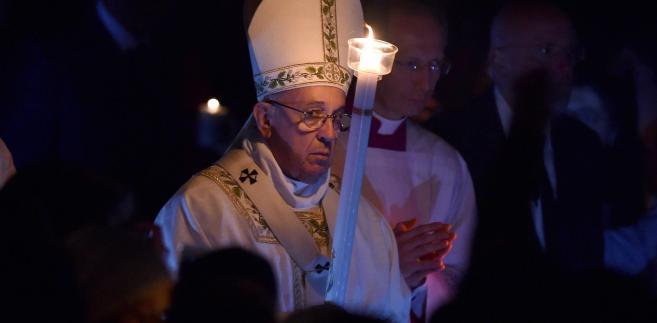 Papież Franciszek podczas mszy Wigilii Paschalnej w Watykanie.