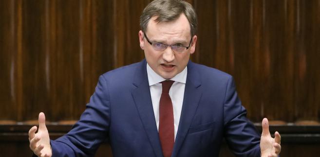 Minister sprawiedliwości, prokurator generalny Zbigniew Ziobro rozważa ustanowienie niższych stawek adwokackich i radcowskich.
