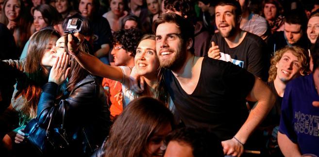 """koncert selfie <a href=""""http://www.shutterstock.com/gallery-667657p1.html?cr=00&pl=edit-00"""">Christian Bertrand</a> / <a href=""""http://www.shutterstock.com/editorial?cr=00&pl=edit-00"""">Shutterstock.com</a>"""