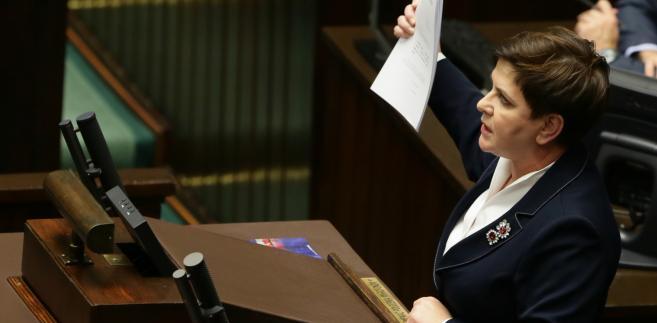 Premier Beata Szydło podczas debaty, przed głosowaniem nad prezydenckim projektem obniżenia wieku emerytalnego