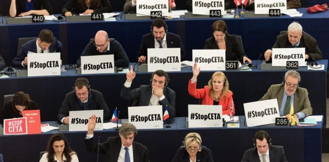Gdy w Parlamencie Europejskim trwała debata, przed budynkiem odbywał się protest przeciwników porozumienia.