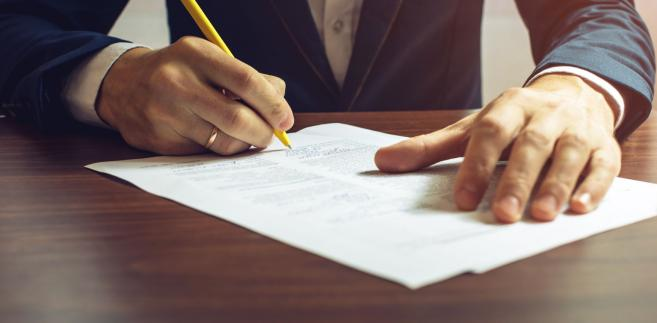 Sąd wskazał, że procedura przekazywania pełnomocnictw oparta jest na statucie organu, który ma charakter załącznika do rozporządzenia