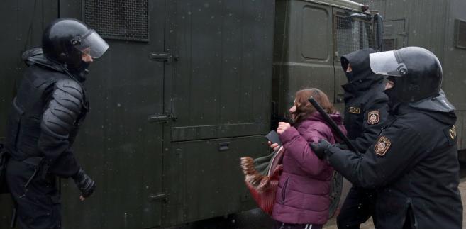 Białoruś: Wysokie kary dla opozycjonistów za udział w protestach
