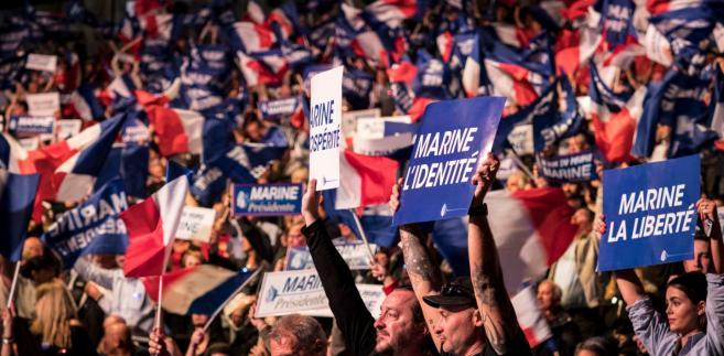 """Na 3 dni przed pierwszą turą wyborów prezydenckich we Francji spadają notowania centrysty Emmanuela Macrona i kandydatki skrajnej prawicy Marine Le Pen, ale nadal wyprzedzają oni pozostałych rywali - wynika z opublikowanego w środę sondażu dla """"Le Monde""""."""