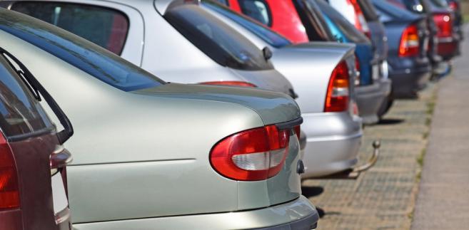 Wysiadając z pojazdu, pasażer otworzył drzwi i niechcący uszkodził zaparkowany obok lub właśnie przejeżdżający samochód. Kto odpowiada za szkodę?