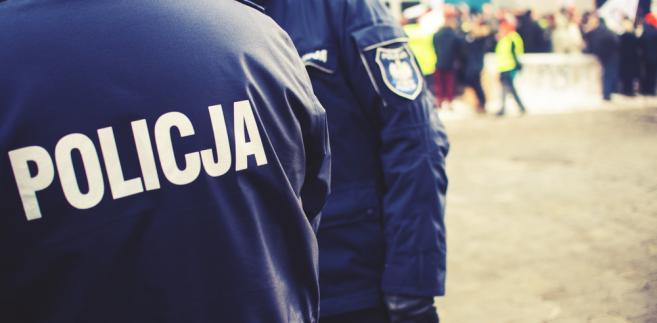 W mieszkaniu policjanci ujawnili zwłoki 72-letniego mężczyzny, natomiast przed blokiem zwłoki niezidentyfikowanej kobiety