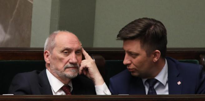 """Zapytany przez dziennikarza, o to, że niektórzy politycy i komentatorzy twierdzą, iż jest konflikt między MON a Pałacem Prezydenckim, minister Macierewicz odpowiedział: """"Ja takiego konfliktu nie dostrzegam""""."""