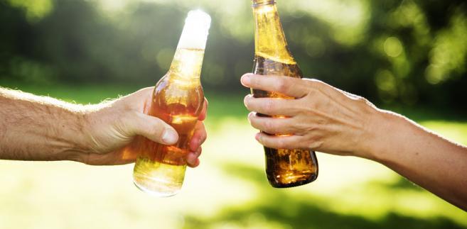 Polacy piją z każdym rokiem coraz więcej alkoholu.