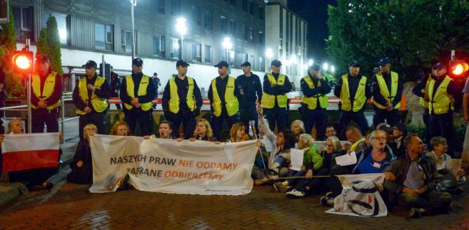 Uczestniccy pikiety zorganizowanej przez ruch społeczny Obywatele RP i mazowiecki Komitet Obrony Demokracji przed budyniem parlamentu w Warszawie