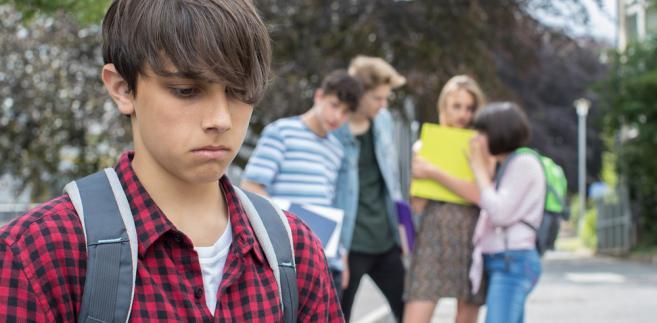 Młodzież boi się odmienności, bo jej nie zna i nie rozumie. Zwykła rozmowa może zapobiec...