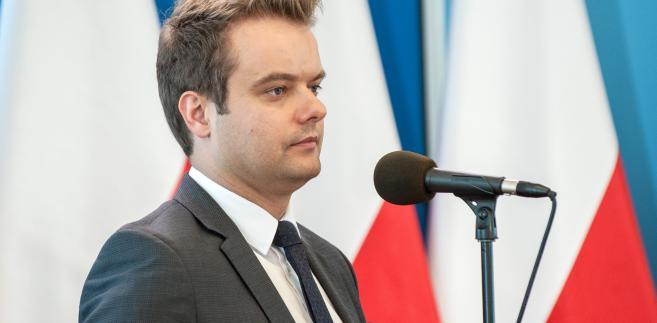 Na sugestię, że premier wielokrotnie mówiła, iż rekonstrukcję się robi, a nie o niej mówi, Bochenek powiedział, że szefowa rządu uprzedziła tylko, że okazją do podsumowania działań poszczególnych ministrów, będzie dwulecie funkcjonowania jej gabinetu