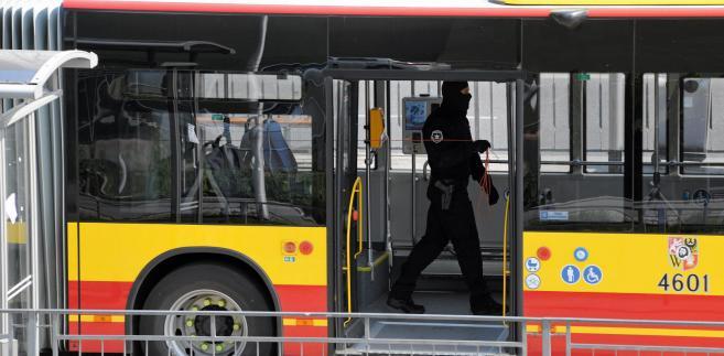 Alarm bombowy w autobusie - zdjęcie ilustracyjne