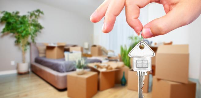 Chodziło o mężczyznę, który w 2009 r. dostał w darowiźnie mieszkanie od syna. W 2014 r. je sprzedał. 8 miesięcy wcześniej kupił dom.