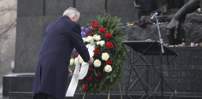 Sekretarz stanu Stanów Zjednoczonych Rex Tillerson składa wieniec przy pomniku Bohaterów Getta w Warszawie.