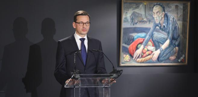 Premier Mateusz Morawiecki przemawia w budynku Sauny na terenie byłego obozu Auschwitz II-Birkenau w Brzezince
