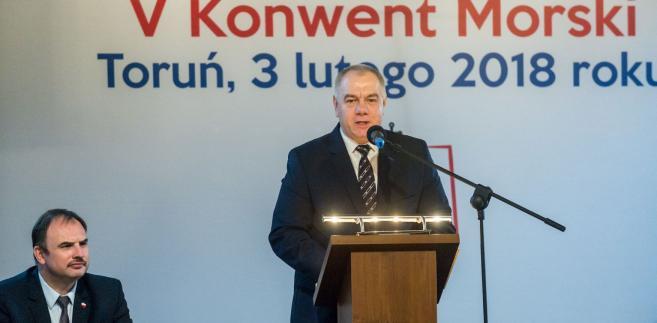 Jego zdaniem niemieckie porty przejęły przez ostatnie lata bardzo dużo zadań realizowanych niegdyś w Polsce. Rząd Zjednoczonej Prawicy widzi potrzebę inwestowania w tę gałąź gospodarki