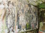 """Durres<br><br>Durrës (starożytne Dyrrhachion), przez wiele lat było jedynym dostępnym miejscem wypoczynku, zarówno dla Albańczyków, jak i dla ich pozbawionych dostępu do morza kuzynów w Kosowie i Macedonii.Jest to najważniejsze portowe miasto w kraju, ważne nie tylko z ekonomicznego punktu widzenia, ale także pod względem kulturowym. Imprezy kulturalne i tradycyjne biesiady odbywają się tu przez cały rok. Ważną rolę w tych wydarzeniach pełni amfiteatr rzymskiego cesarza Hadriana (drugi największy amfiteatr na Bałkanach), który jednocześnie jest główną atrakcją miasta. W IX wieku w jego pobliżu wzniesiono mały kościół ze ścianami pokrytymi mozaiką. W mieście można również zobaczyć łaźnie z II wieku i bizantyjskie forum z marmurowymi kolumnami.– W Durres warto także udać się na plażę. Lalzit Bay uznawana jest za jedno z najpiękniejszych miejsc w Albanii – mówi Piotr Wilk z biura podróży Rainbow.<br><br>Źródło: <a href=""""https://r.pl/albania"""">r.pl/albania</a>"""