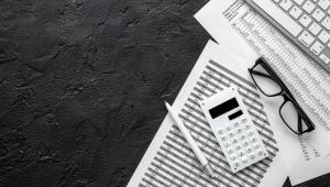 """Koniec deklaracji VAT Skutkiem nałożenia na firmy obowiązku raportowania danych w ramach jednolitego pliku kontrolnego będzie likwidacja deklaracji VAT. Informacje, które zawierają te druki są bowiem przekazywane skarbówce wraz z comiesięczną wysyłką JPK_VAT. Deklaracje VAT mają zniknąć już w 2019 roku. To realizacja jednego z założeń Konstytucji Biznesu, zgodnie z którym urzędnicy mają nie pozyskiwać od podatników danych, które są zawarte w innych formularzach. Warto w tym miejscu przypomnieć o innych planach MF dotyczących VAT. Chodzi m.in o skrócenie ze 150 do 120 dni termin ulgi, która umożliwia wierzycielowi zastosowanie przepisów dotyczących """"ulgi na złe długi""""."""