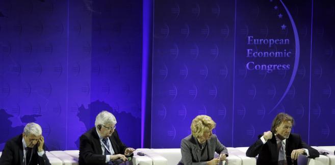 """Od lewej: były premier Słowacji Mikulas Dzurinda, były wicekanclerz Niemiec Joschka Fisher, przedsiębiorca Jan Kulczyk i doradca Morgan Stanley Alicja Kornasiewicz, podczas sesji """"UE i kraje Europy Środkowo-Wschodniej wobec kryzysu gospodarczego"""", w ramach IV Europejskiego Kongresu Gospodarczego w Katowicach."""