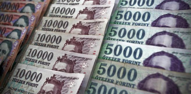 Poczynając od maja waluta najbardziej zadłużonego kraju Unii Europejskiej w naszym regionie straciła 8,8 proc. w relacji do dolara i 3,6 proc. wobec euro.