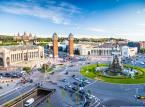 <strong>Plaça d'Espanya</strong> <br></br> To jeden z głównych i największych placów w Barcelonie położony u podnóża wzniesienia Montjuïc. Przy Plaça d'Espanya znajdują się m.in.: Narodowe Muzeum Sztuki Katalońskiej (Museu Nacional d'Art de Catalunya), fontanna, słynne 47-metrowe Wieże Weneckie oraz Arenas de Barcelona - dawna arena walk byków, wzniesiona w 1900 r. w stylu mauretańskim, obecnie zaadaptowana na centrum handlowe. Na szczyt wzniesienia Montjuïc można dostać się kolejką linową. Część zbocza wzgórza pokryta jest dobrze utrzymanymi parkami i ogrodami.