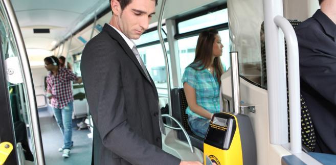 Zdaniem ZUS składki nie powinny być naliczane od przychodu, jaki pracownik uzyskuje, korzystając z bezpłatnych lub częściowo odpłatnych przejazdów środkami lokomocji