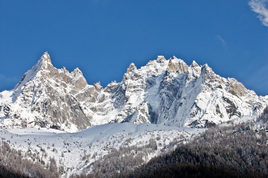 """Chamonix - dobrze znany i lubiany przez narciarzy i alpinistów. Największą popularnością cieszy się Mont Blanc, który jest trzecim najczęściej odwiedzanym szczytem na świecie. Chamonix jest popularnym ośrodkiem sportów zimowych we Francji. Znajduje się tam najwyższy szczyt Alp czyli Mont Blanc góra ta posiada specyficzne atuty dla alpinistów. Mark Twight opisał miasto jako """" największe zagłębie śmierci sportowej na świecie"""", ponieważ Chamonix jest idealnym miejscem dla osób które lubią adrenalinę."""