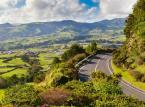 Sao Miguel jest nazwana Zieloną Wyspą, ponieważ jej krajobraz składa się z rozległych pól i wzgórz pokrytych licznymi drzewami.