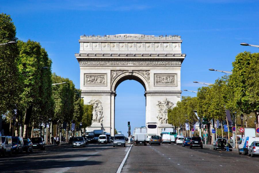 Łuk Triumfalny – pomnik stojący na placu Charles'a de Gaulle'a w Paryżu. Znajduje się w 8. dzielnicy, na zachodnim skraju Pól Elizejskich . Jest to ważny element architektury Paryża, stanowiący zakończenie perspektywy Pól Elizejskich. Łuk został zbudowany dla uczczenia tych, którzy walczyli i polegli za Francję w czasie wojen rewolucji francuskiej i wojen napoleońskich.