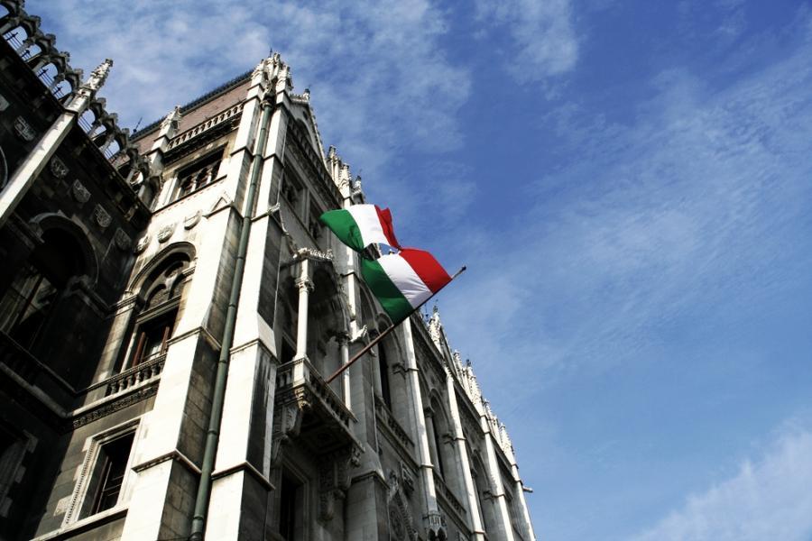 Flaga powstańców na węgierskim parlamencie w rocznicę wydarzeń z 1956 roku