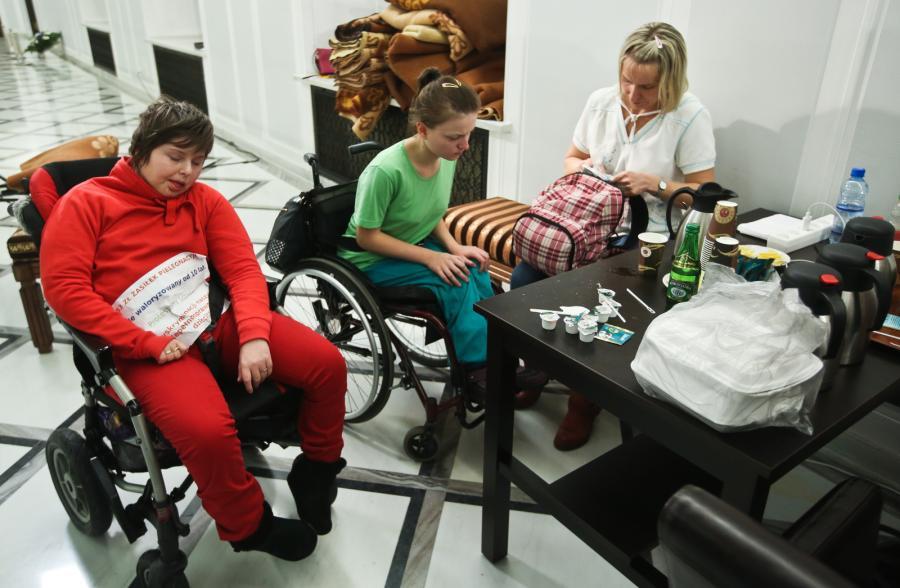 Niepełnosprawni w Sejmie. Fot. Rafał Guz/PAP