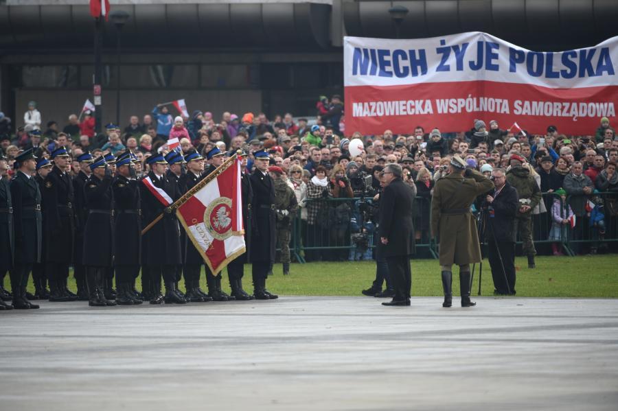 bchody Święta Niepodległości z udziałem prezydenta Bronisława Komorowskiego. Prezydent Bronisław Komorowski (C) uczestniczy w uroczystej odprawie wart przed Grobem Nieznanego Żołnierza w Warszawie, w 96. rocznicę odzyskania przez Polskę niepodległości, 11 bm.