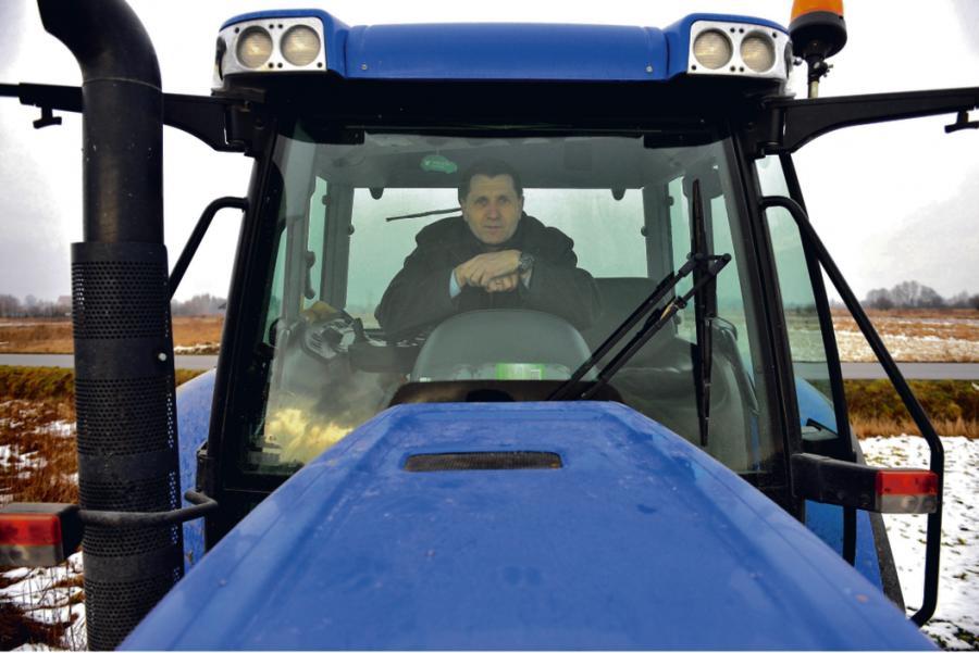 Jan Bieniasz mieszka w miejscowości Łąka k. Rzeszowa, wraz z żoną prowadzi gospodarstwo rolne o powierzchni 120 ha, ma wykształcenie wyższe – ukończony licencjat w Wyższej Szkole Prawa i Administracji w Przemyślu, jest prezesem zarządu Spółdzielni Rolników SAN z siedzibą w Łące