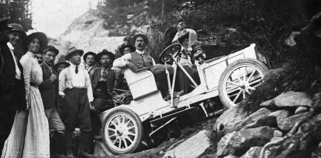 Donald C. MacPherson pozuje do zdjęcia na miejscu swojego wypadku