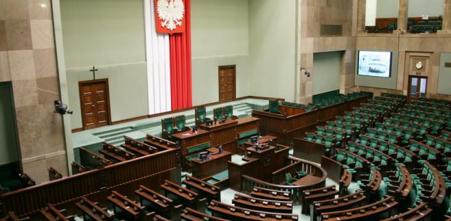 """Projekty """"Nowoczesnej"""" są już w Sejmie. Celem jest to, aby """"ludzie mogli w Polsce więcej zarabiać, żeby nie musieli wyjeżdżać"""" – zapewniali posłowie."""