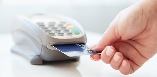 Bank HSBC poinformował, że problemy z kartami Visa wynikają z zakłóceń, które dotknęły znaczną część sektora kart płatniczych, ale nie dotyczą one pobierania gotówki z bankomatów.
