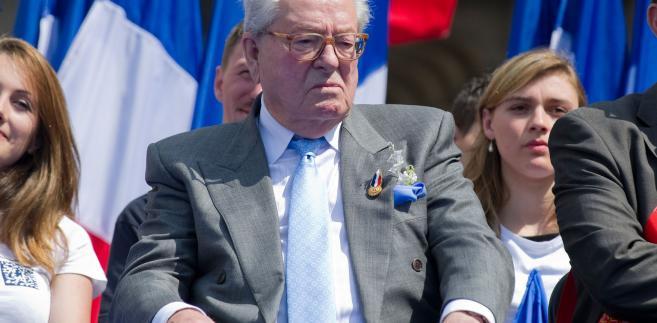 Według agencji AP wyrok jest zwycięstwem córki polityka Marine Le Pen, przewodniczącej FN i kandydatki tego ugrupowania w ubiegłorocznych wyborach prezydenckich we Francji. Marine Le Pen sama nakazała usunięcie ojca z partii.