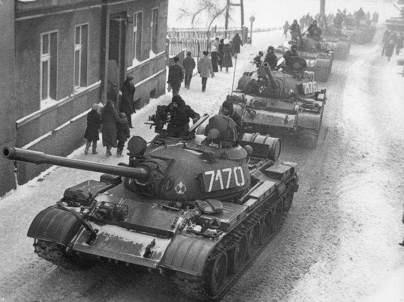 Czołgi T-55 Ludowego Wojska Polskiego w czasie stanu wojennego 1981-1983 w Zbąszyniu, fot. J. Żołnierkiewicz / domena publiczna