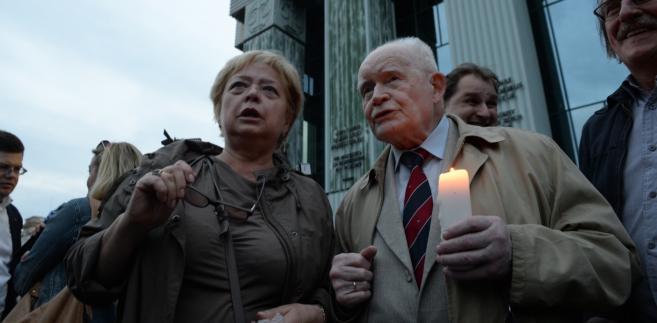 Pierwsza prezes Sądu Najwyższego Małgorzata Gersdorf oraz były pierwszy prezes Sądu Najwyższego i były przewodniczący Trybunału Stanu Adam Strzembosz przed siedzibą SN