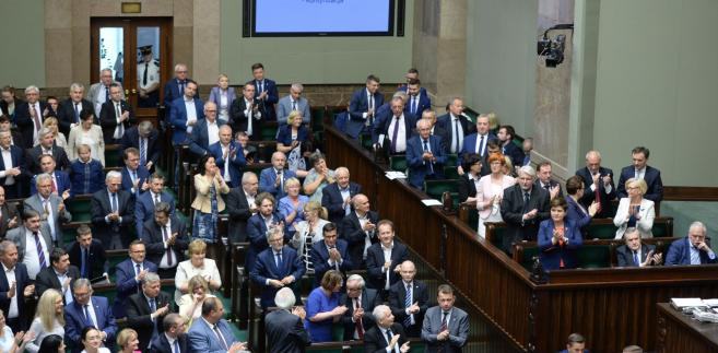 Sejm - po stronie PiS owacja na stojąco po przyjęciu ustawy o Sądzie Najwyższym