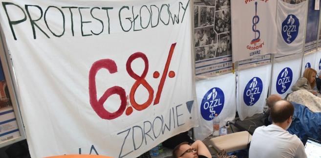 Zwiększenia nakładów na ochronę zdrowia domagają się protestujący lekarze rezydenci